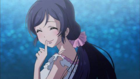 微笑みの表情を見せる東條希