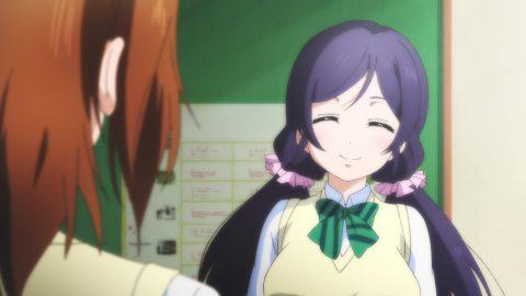 優しい微笑みを見せる東條希