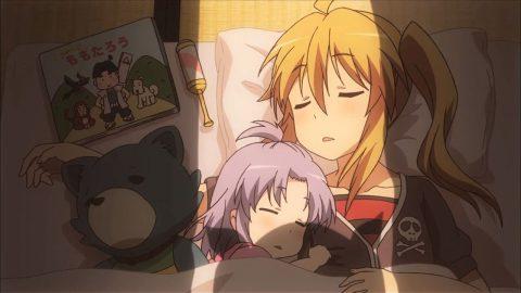 子守りに疲れて眠る楓とれんげ