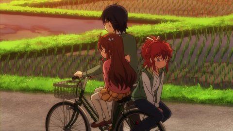 2人を自転車に乗せて歩く卓