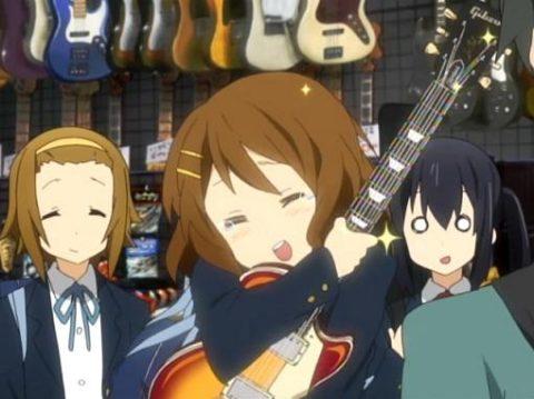 ギターに抱きつくけいおんのゆい