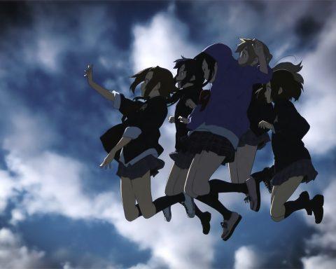 空に向けてジャンプするバンド「放課後ティータイム」のメンバー