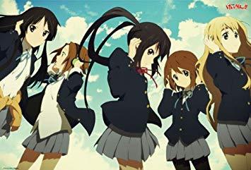 ヘッドをつけポーズをキメるバンド「放課後ティータイム」のメンバー