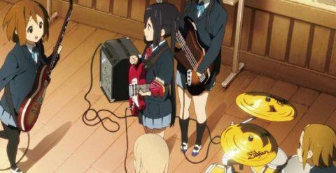 ギターの練習をする放課後ティータイムのバンドメンバー
