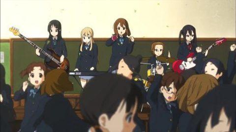 教室でバンドの演奏をしているシーン