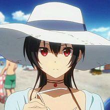浜辺に帽子をかぶった姿で登場する十花