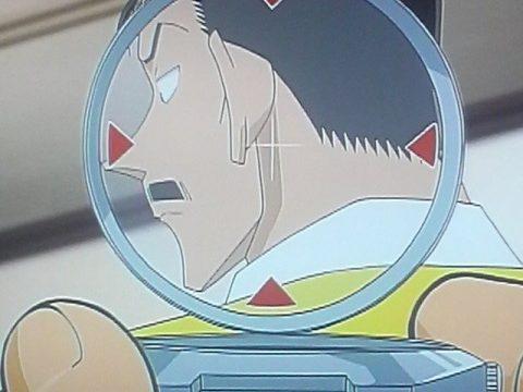 小五郎に麻酔銃をかまえるコナン