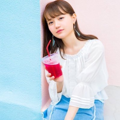 ジュースを持つ尾崎由香