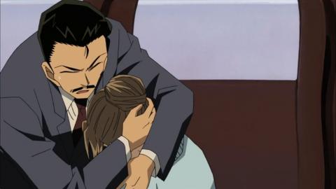 英理を庇って抱きかかえる小五郎