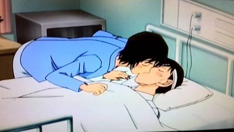 病院でキスをする2人