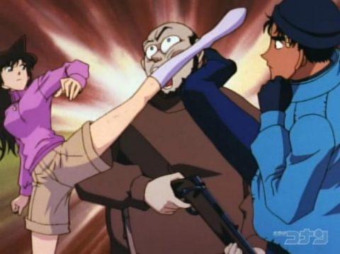 犯人に2人でキックをお見舞いする蘭と京極