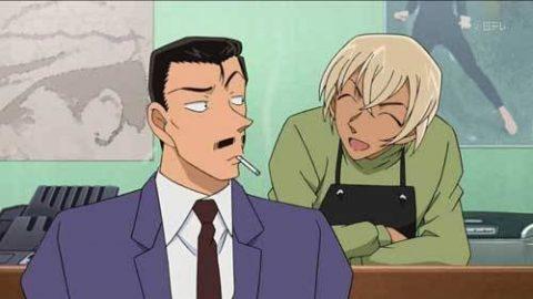 エプロン姿で小五郎と談笑する安室