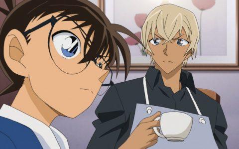 コーヒーカップを片手にコナンに注目する安室