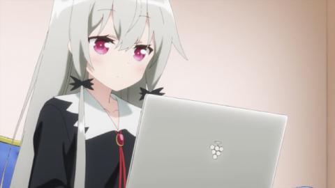 パソコンをいじる吸血鬼