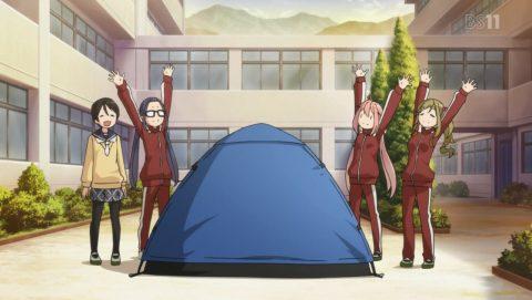 テントを立てる野クル