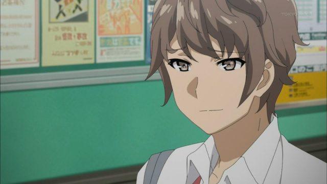 静かに微笑む梓川咲太