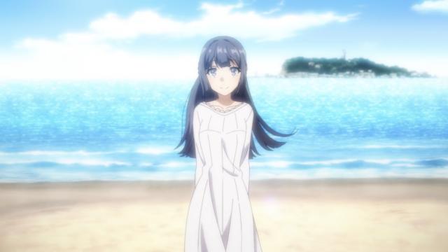 浜辺に立って見つめる牧之原翔子