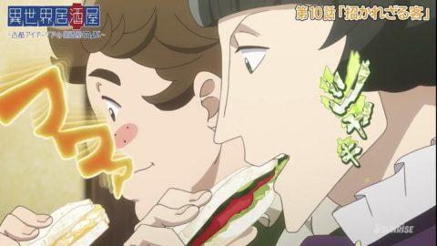 サンドイッチを食べる2人