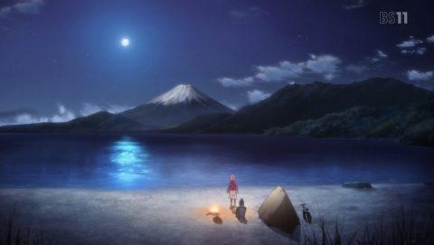 月に照らされる富士山