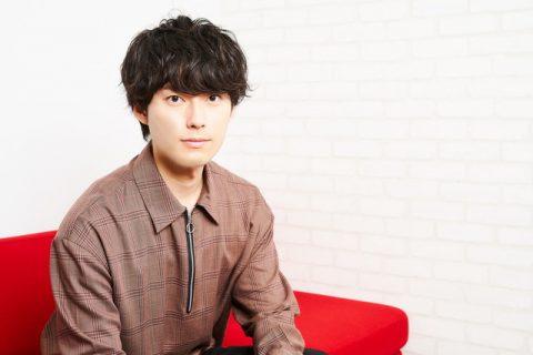 ソファに座る増田俊樹