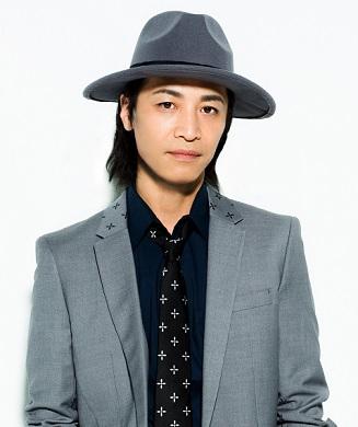 灰色スーツの鳥海浩輔