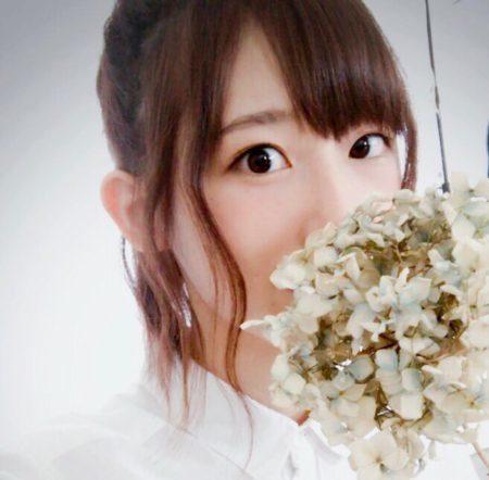 お花と高橋李依さん