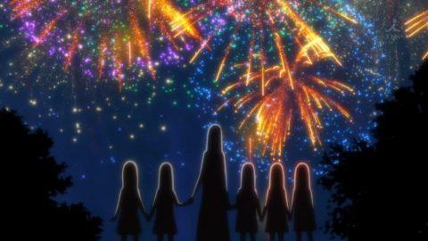 母親と揃って花火を見る五つ子達