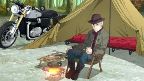 キャンプをするおじいちゃん